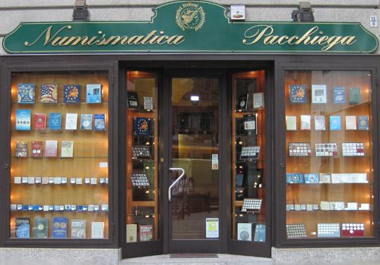 Numismatica Pacchiega - La vetrina del negozio